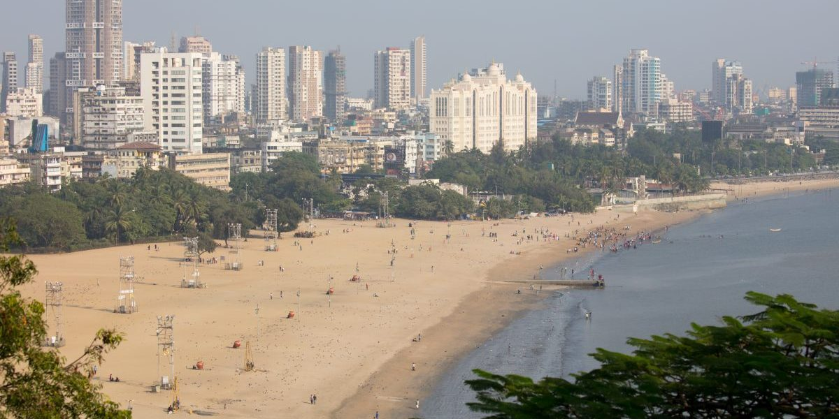 Chowpatty Beach from Kamala Nehru Park lookout on a clear autumn day. Image: Stock, filed image
